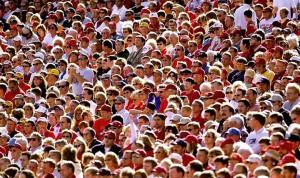 multitud 300x178 Que impacto tienen las Redes Sociales en tu negocio?